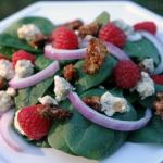 Salada de espinafre e framboesa, com gorgonzola e nozes caramelizadas