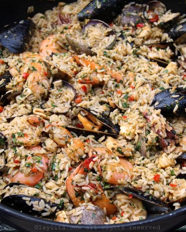Refeição principal de arroz e mariscos