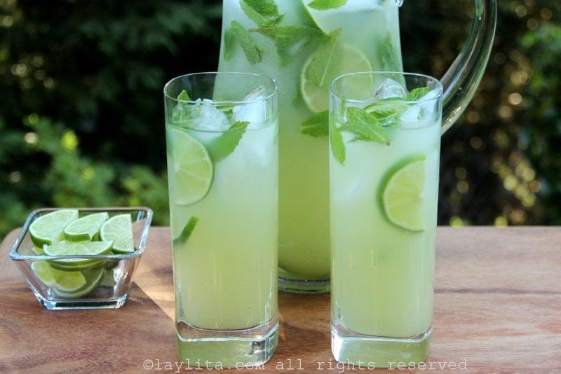 Coquetel de limão, vodca e hortelã