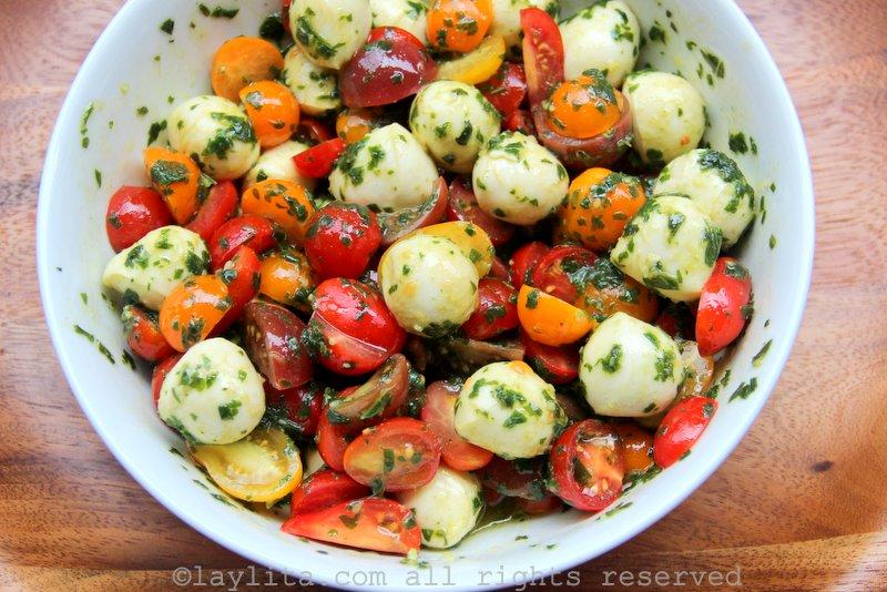 Salada caprese de manjericão, tomate e queijo