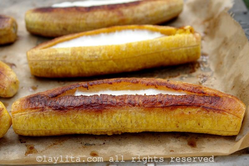 Bananas-da-terra maduras recheadas com queijo