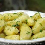 Batatas com salsa e manteiga