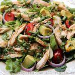 Salada de frango com molho de coentro balsâmico