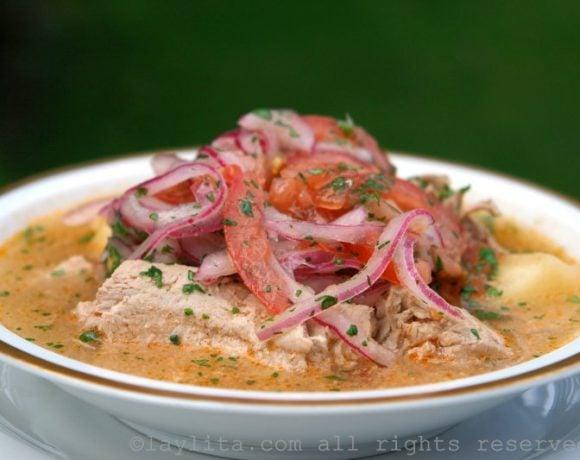 Sopa de atum com cebolas marinadas {Encebollado de pescado}