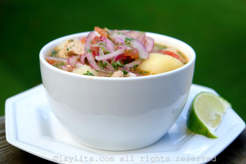 Sopa de peixe com atum fresco, mandioca