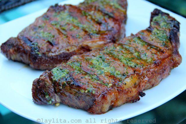 Carne na brasa marinada em cerveja e colorau
