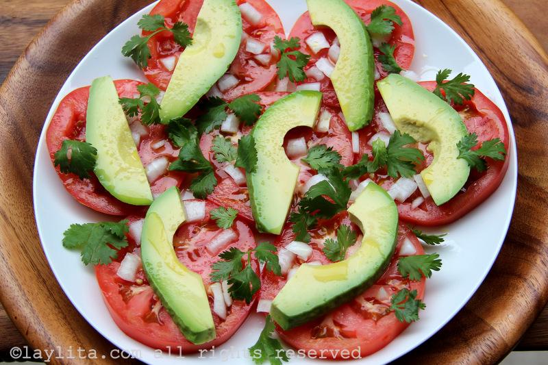 Salada fácil de abacate e tomate