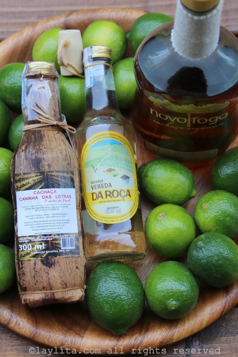Limões e cachaça para fazer caipirinhas