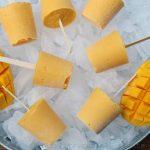 Picolés de manga e iogurte