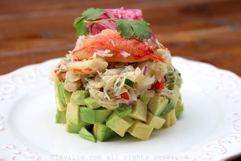 Salada de caranguejo em camadas com abacate