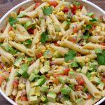 Salada de macarrão com abacate