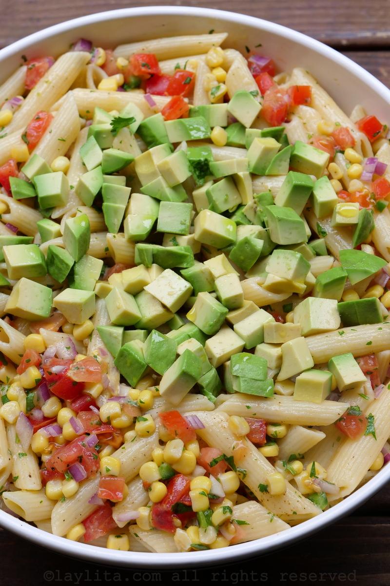 Salada de macarrão, milho, abacate e tomate