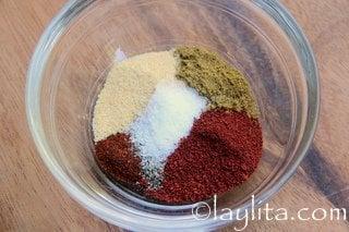 Achiote, comino, ajo, aji en polvo, sal y pimienta para el aliño o adobo