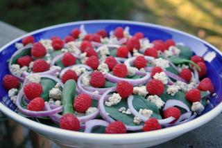 Modo de preparar Salada de espinafre com framboesas, gorgonzola e nozes caramelizadas com mel