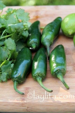Jalapeños, cilantro,limon,y ajo para la salsa
