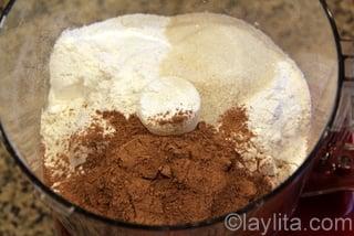 Para preparar la masa de las empanadas ponga los ingredientes secos en el procesador de alimentos