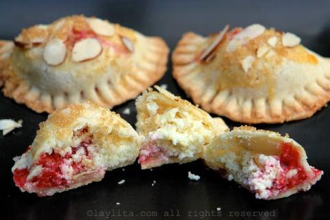 Empanadas de frambuesa con queso de cabra y almendras
