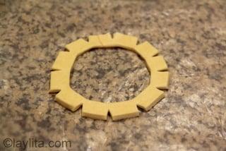 10- Forme una corona o rosca con la masa