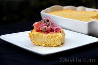Pastel de choclo con curtido o salsa de tomate y cebolla