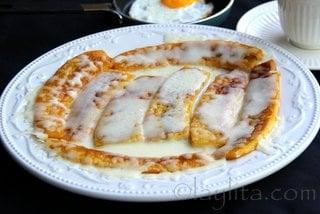 Platanos maduros y huevo frito con cafe