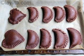 Selle las empanadas con un tenedor o usando sus dedos para formar el repulgue o churito