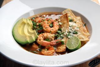 Sopa de tortilla mexicana con camarones