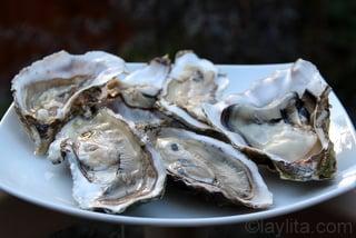 Abrir las ostras para sacar la carne y el jugo