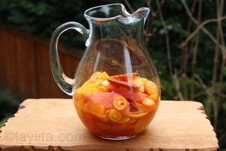 Frutas citricas macerando con miel y licor de naranja
