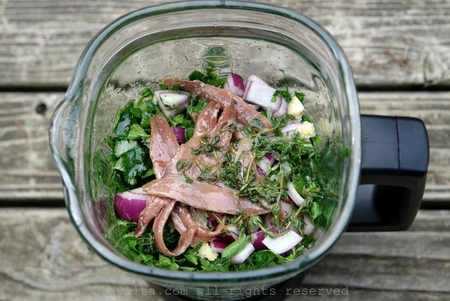 Licue todos los ingredientes de la salsa verde
