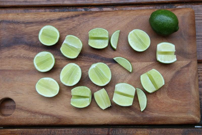 Limones cortado en mitades y cuartos para caipirinhas