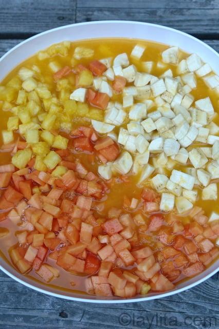 Papaya, banano y piña y jugo de naranja para preparar helados