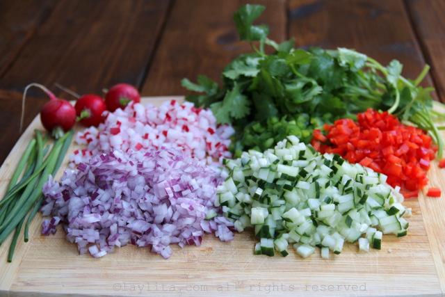 Verduras picadas para la ensalada de cangrejo