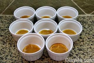 Vierta el caramelo caliento en los moldes de flan