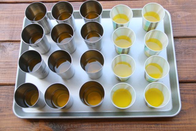 Vierta la mezcla de gelatina en los moldes de helado para formar la primera capa