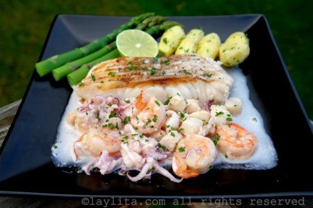 Pescado a la parrilla con salsa de mariscos recetas de - Platos faciles de cocinar ...