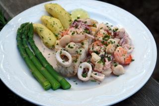 pescado a la parrilla y salsa de mariscos