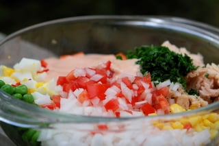 Preparando ensalada de atun