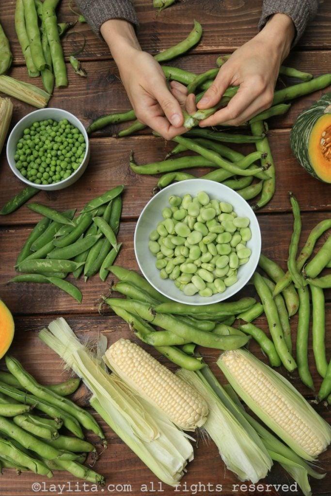 Preparando los ingredientes para la fanesca ecuatoriana