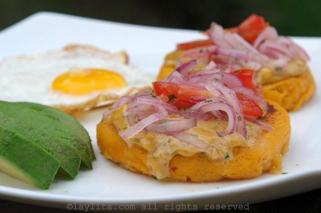 Llapingachos o tortillas de puré de papa rellenas con queso