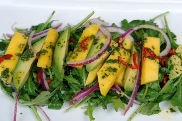 Ensalada de mango, aguacate y rucula