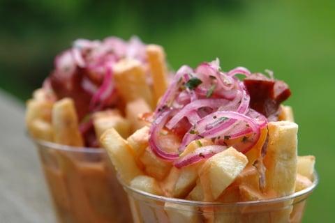 Papas fritas con cebollas encurtidas