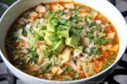 Sopa o caldo de pollo con chips de tortilla