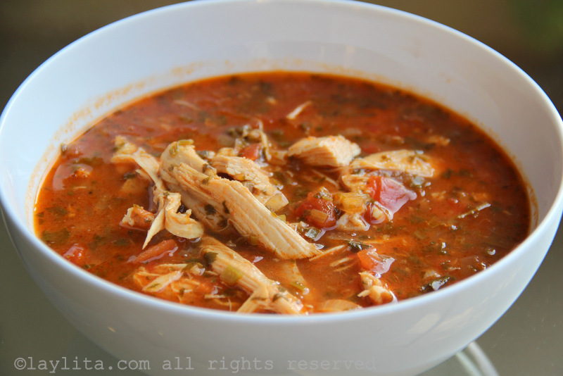 Caldo o sopa de pollo desmenuzado