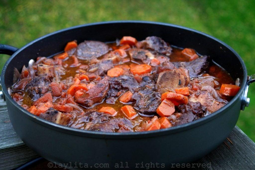 Daube o estofado de carne con zanahorias en vino tinto