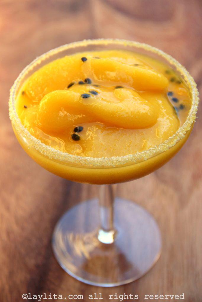 Cóctel margarita con mango y maracuyá