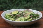 Ensalada de pepino y cebolla con limón