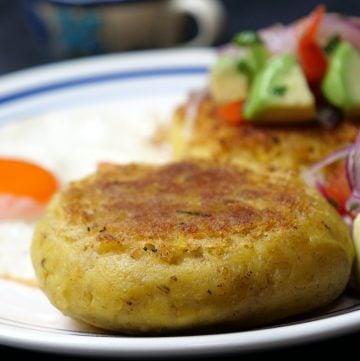 Receta ecuatoriana de las tortillas de verde rellenas de queso