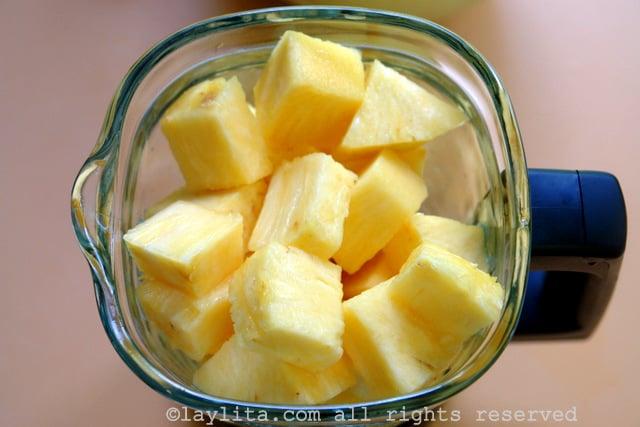 Ponga los ingredientes del jugo de piña en la licuadora
