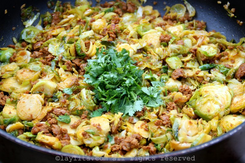 Coles de Bruselas con chorizo y cilantro