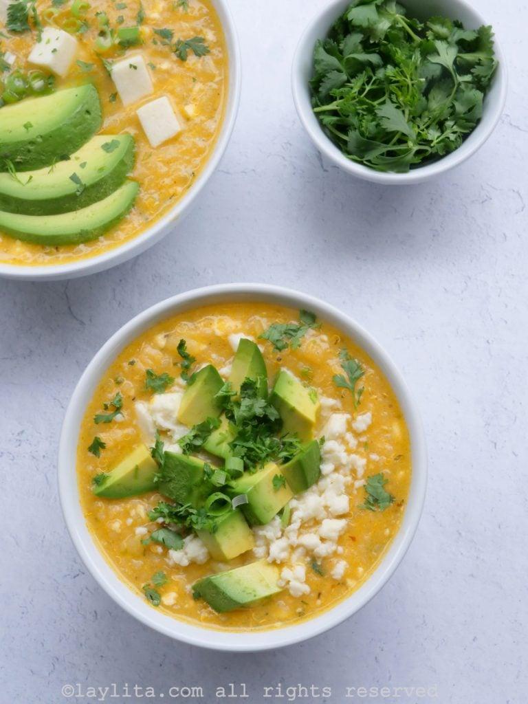 Sopa con quinua, papas, queso y aguacate